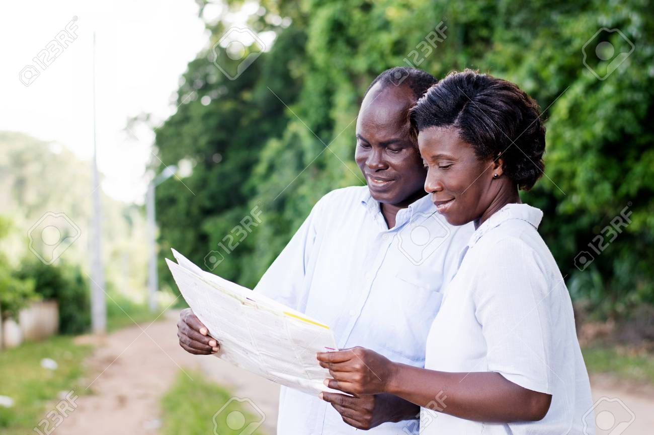 happy young couple in tourism, consult a regional map to find the right road. Banque d'images - 87724005