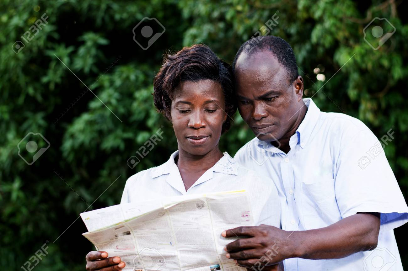 happy young couple traveling consult a regional map. Banque d'images - 87941043
