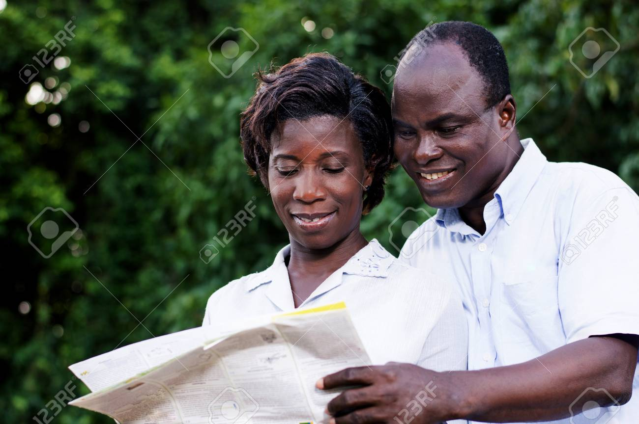 happy young couple traveling consult a regional map. Banque d'images - 87724179