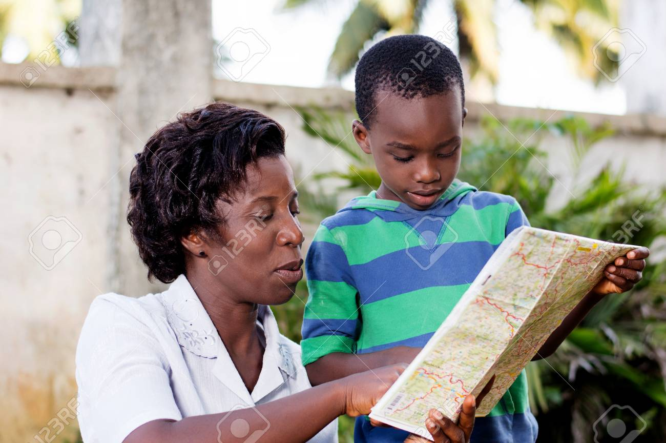 In travel and tourism, a young mother reads a map with her child in the country. Banque d'images - 87724128