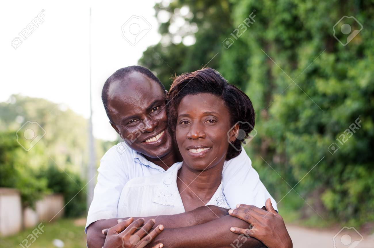 Holiday, happy young couple embracing in the field. Banque d'images - 95591685