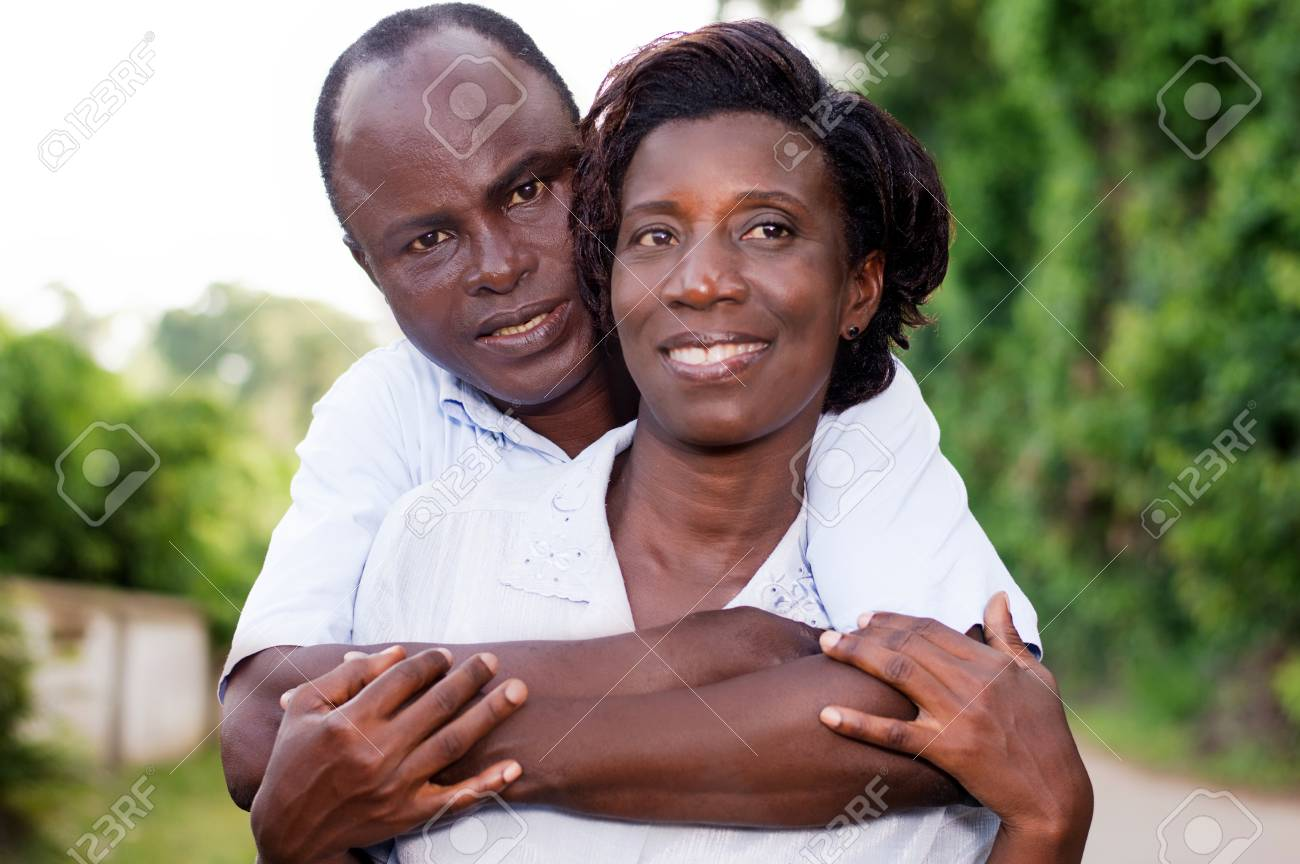 Holiday, happy young couple embracing in the field. Banque d'images - 95649605