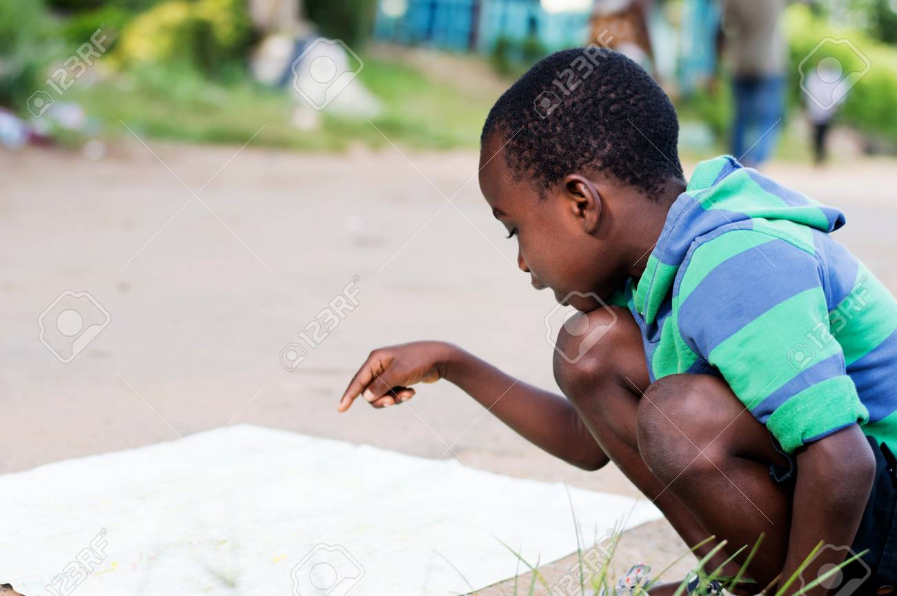 This crouching child is searching for a mark on the ground. Banque d'images - 95577098