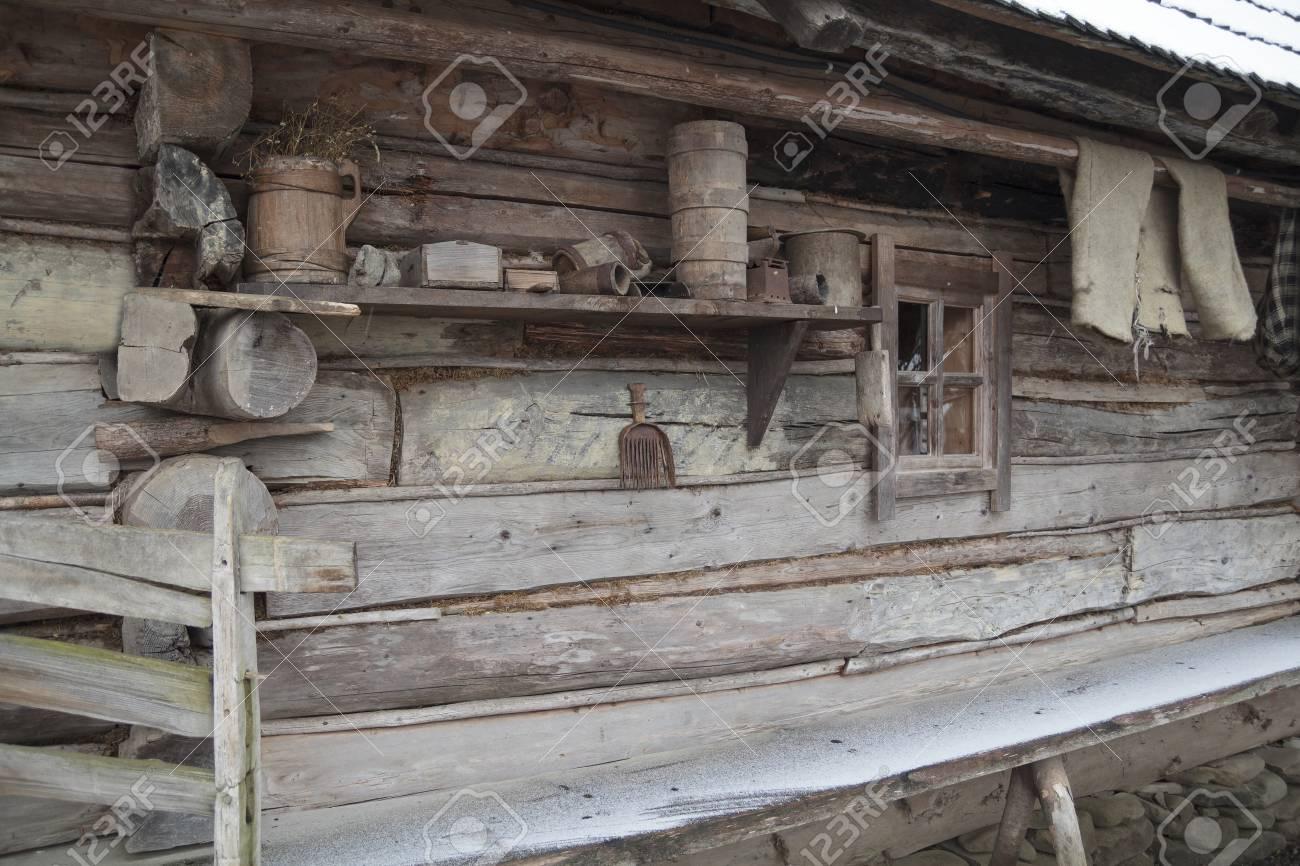 ukrainian mur de cabane en bois authentique avec des outils ménagers