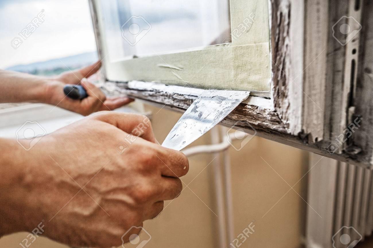 Reparieren Einer Fensterrahmen Mann Mit Schaber Und Spachtel Fur Die