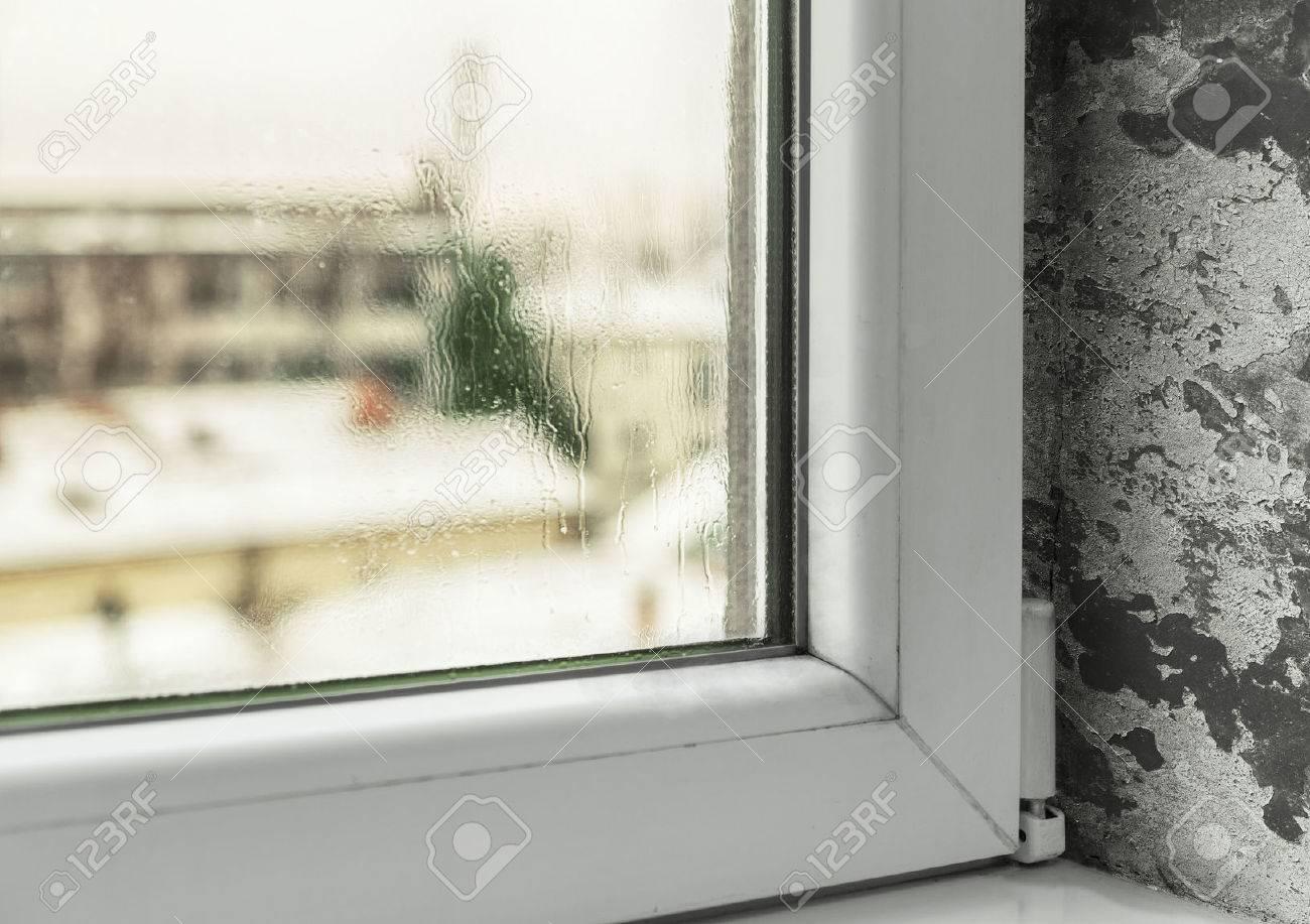 Banque Du0027images   Condensation Dans Les Fenêtres Causer De La Moisissure Et  De Lu0027humidité Dans La Maison