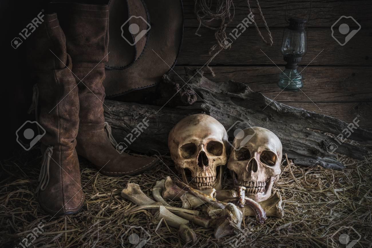 ... Humano Sobre Heno Y Huesos De Animales En Las Botas De Cuero  Tradicionales Y Oeste Americano Del Rodeo De Fieltro Marrón De Fondo  Sombrero De Vaquero deccd41c3dd