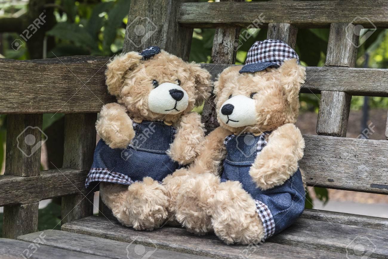 Standard Bild   Zwei Teddybären Sitzen Auf Der Bank Im Garten, Liebe Und  Freundschaft Konzept