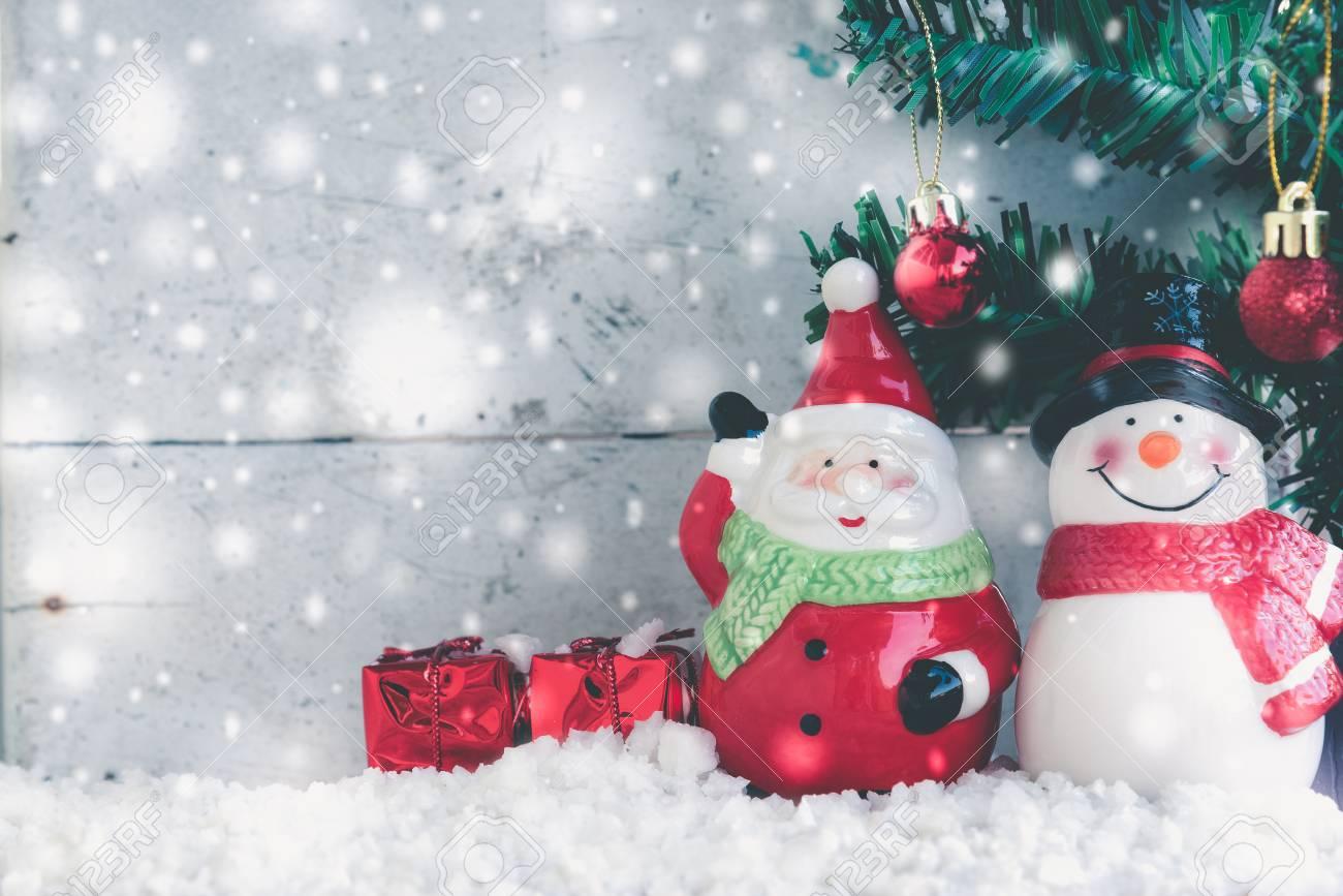 Foto Con La Neve Di Natale.Immagini Stock Babbo Natale E Pupazzo Di Neve In Nevicata Con Abete Gia Decorato Con Palla Di Natale Con Lo Spazio Della Copia Stile Vintage Image 67085773