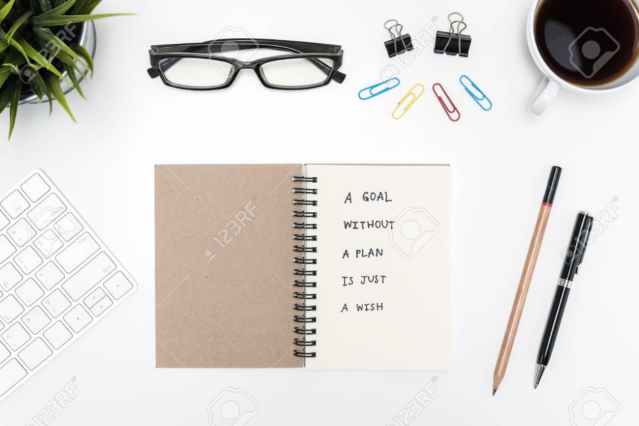 Un Objetivo Sin Un Plan Es Solo Un Deseo De Escritura Motivacional En Un Cuaderno Con Bolígrafo Lápiz Material De Oficina Taza De Café Y Anteojos