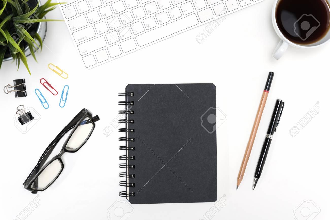 Cahier noir avec des lunettes stylo crayon ordinateur de bureau