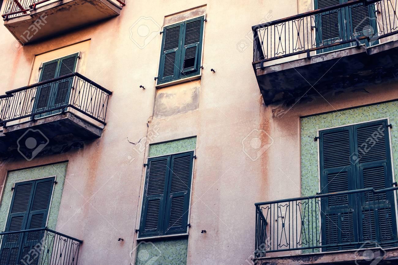 Bonitas fachadas de las casas mediterráneas con diferentes colores