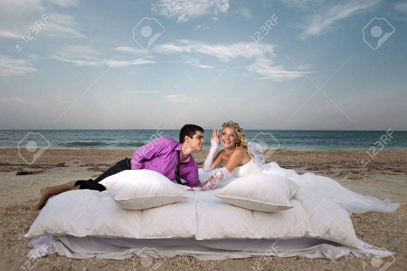 Schone Junge Paar Ruht Im Bett Am Morgen Am Strand Lizenzfreie Fotos