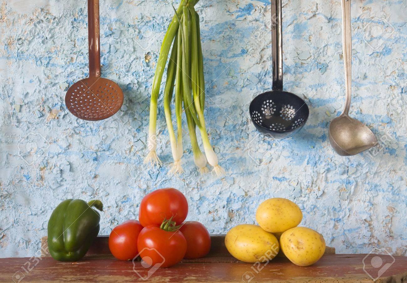 foto de archivo naturaleza muerta verduras utensilios de cocina vintage comida lenta