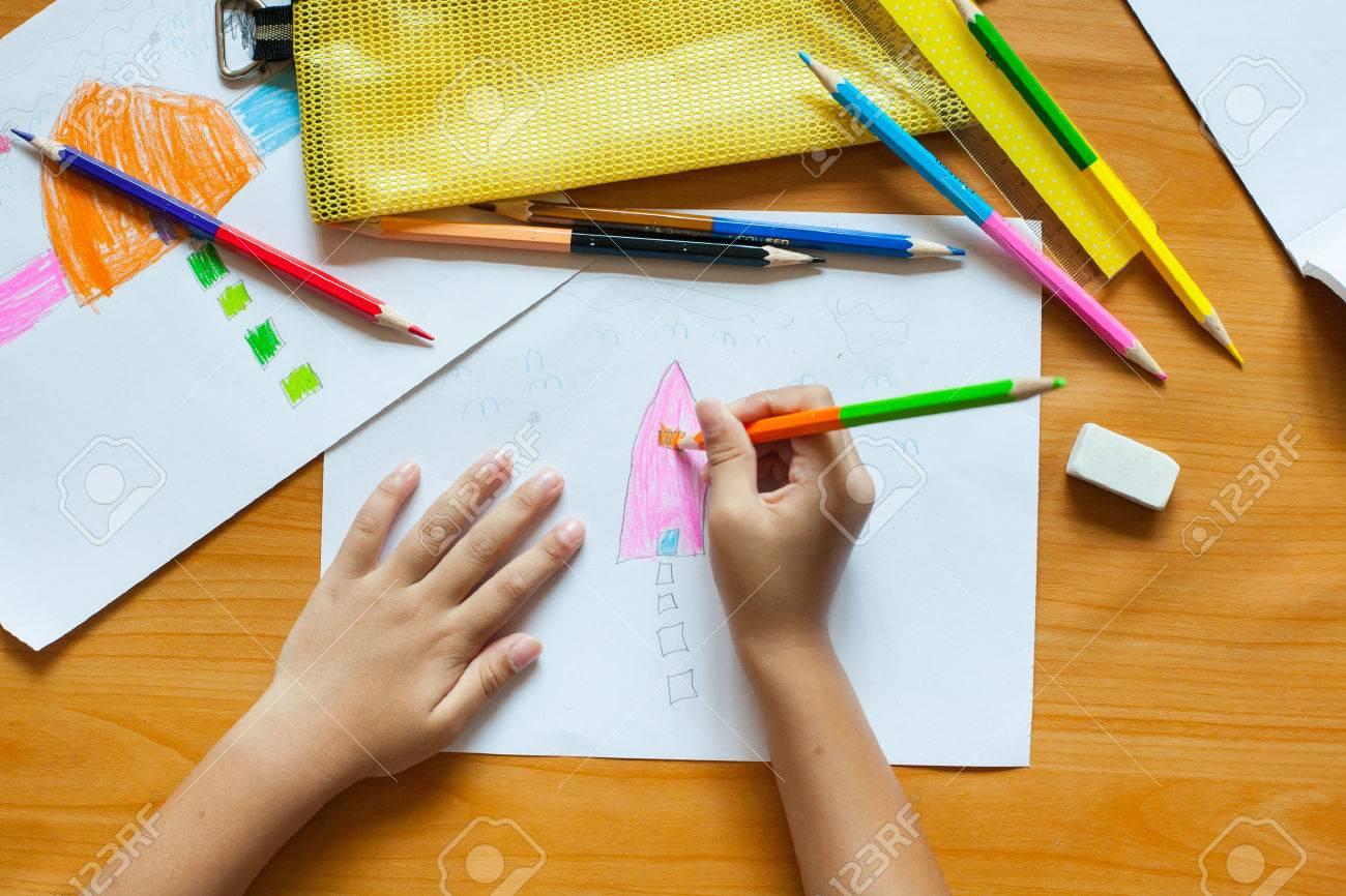 Dibujo Y Pintura Para Niños En La Casa. Fotos, Retratos, Imágenes Y ...