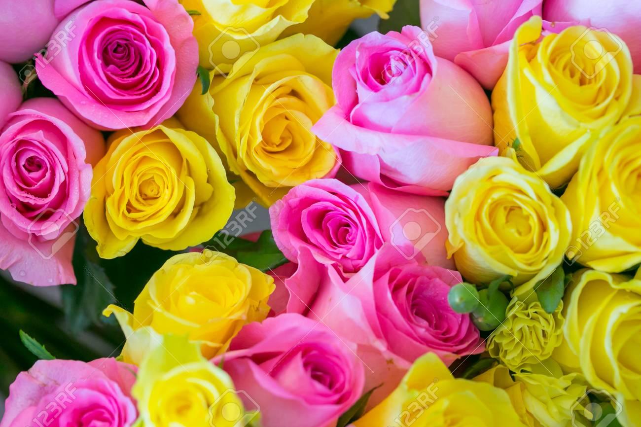 Bouquet De Roses Multicolores Pour La Ceremonie De Mariage Banque D