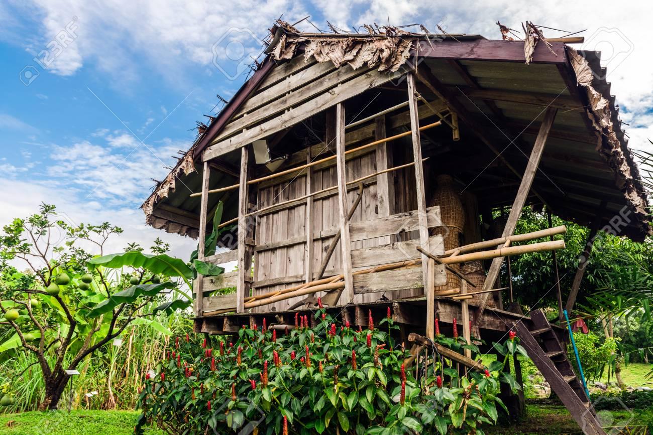Holzhauschen Im Kleinen Verlassenen Dorf Lizenzfreie Fotos Bilder