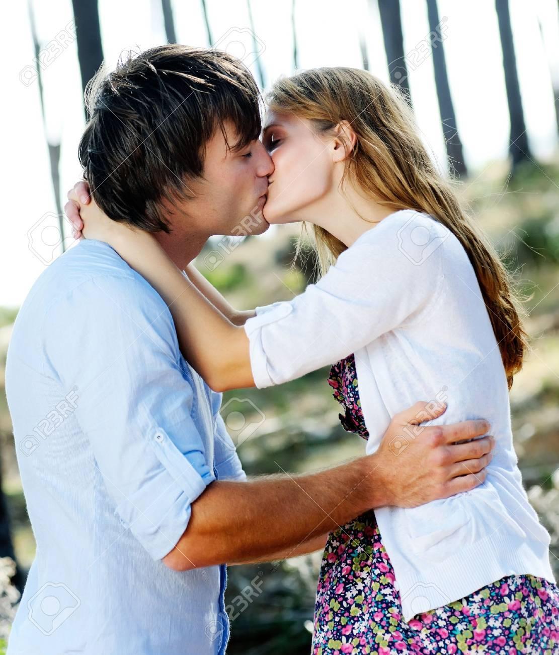 Couple Qui S Embrasse beaux jeunes à l'extérieur couple s'embrasse dans la forêt, de l