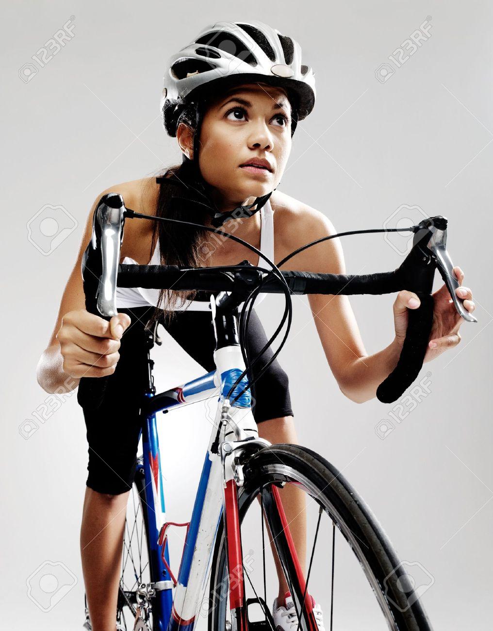 fit fietser vrouw op een racefiets fiets gesoleerd in de studio met de sfeervolle verlichting