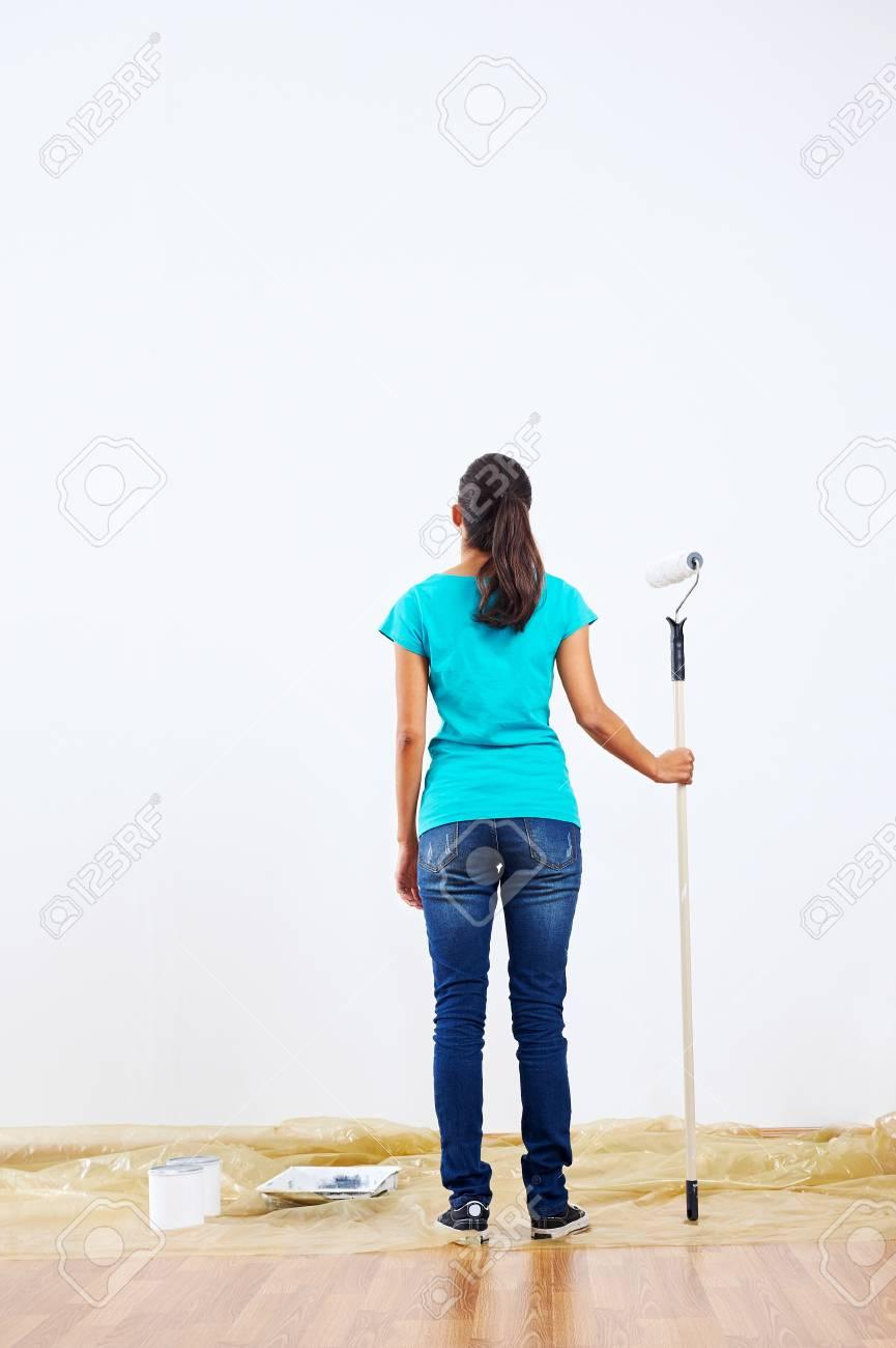 Femme De Décider De Quelle Couleur Peindre Le Mur De Neuf Tenant La Peinture Rouleau