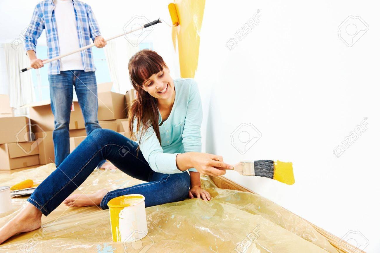 Rénovation Bricolage Couple Peinture Dans La Nouvelle Peinture ...