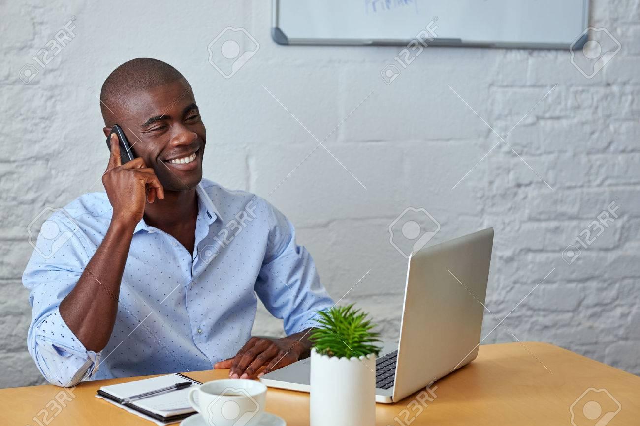 Professionnel africain homme noir parlant au téléphone cellulaire