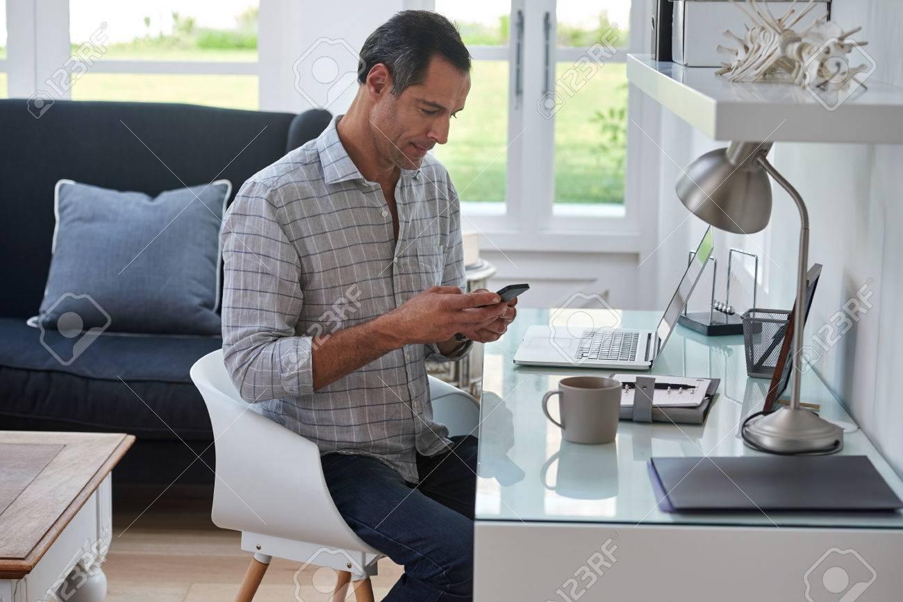 Ltere Schöner Mann Auf Mobilen Handy Suchen, Während Zu Hause In ...