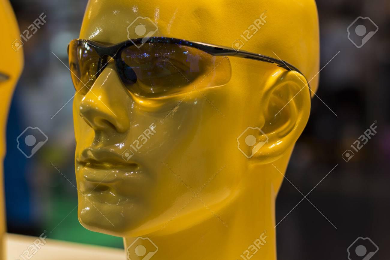 Mannequins avec des lunettes de sécurité, équipement de protection  individuelle (EPI). Banque 56af40d6a3f3