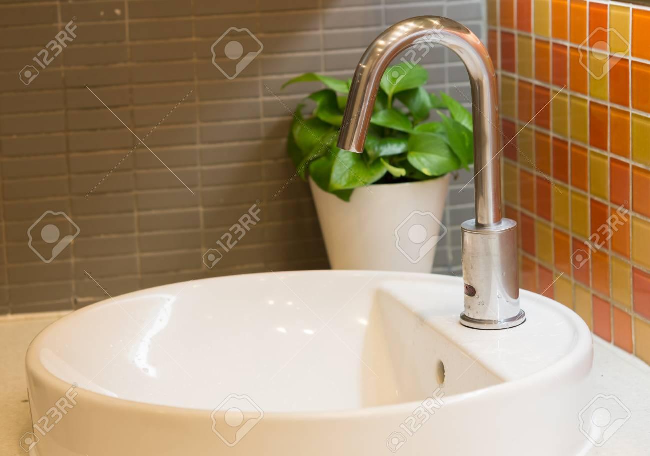 wasserhahn für hand waschen im badezimmer lizenzfreie fotos, bilder