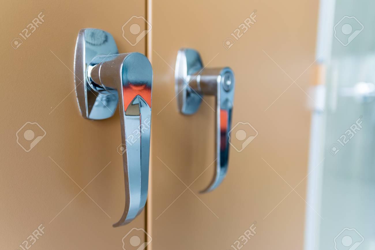 Gros plan sur la poignée de la porte classeur dans le bureau