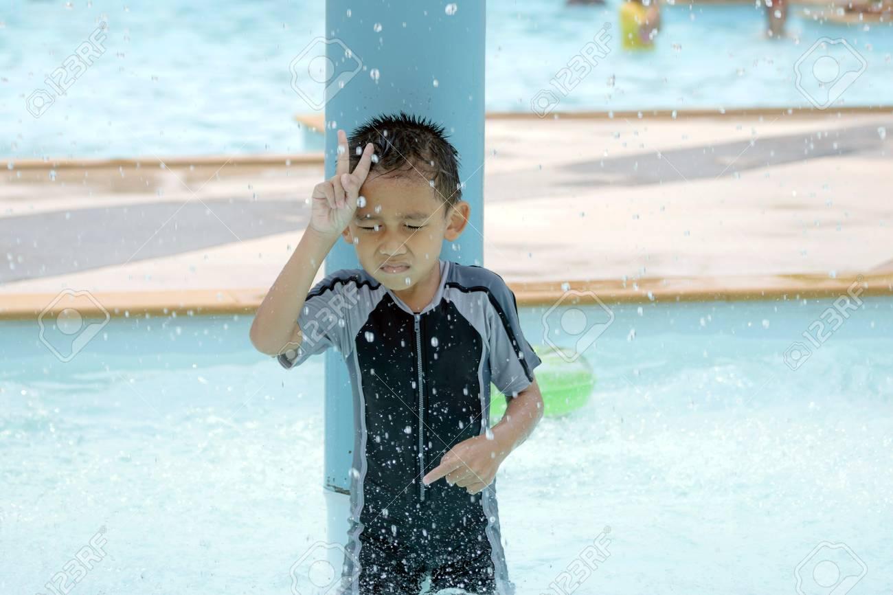 Costume Da Bagno Ragazzo : Immagini stock ragazzo asiatico in costume da bagno il nuoto di