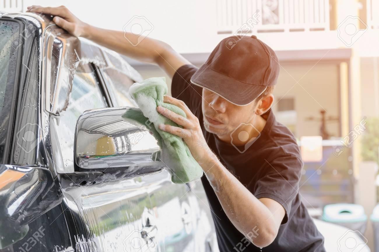 images détaillées france pas cher vente dessins attrayants Travailleur de lavage de voitures portant un t-shirt et un chapeau noir  tout en utilisant une éponge à nettoyer dans la voiture de lavage voitures  ...