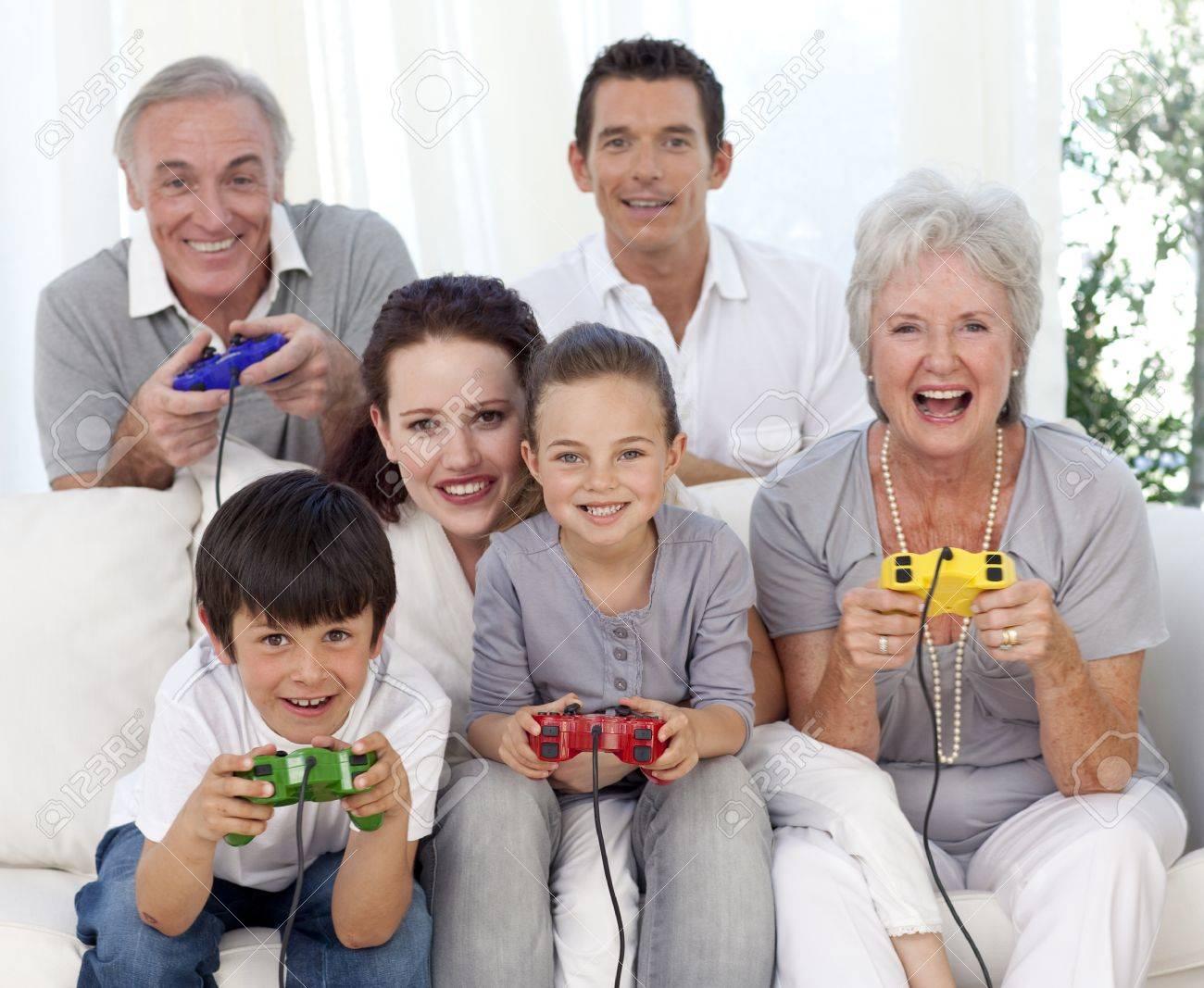 Jugar Juegos De Video En Casa De Familia Fotos Retratos Imagenes Y