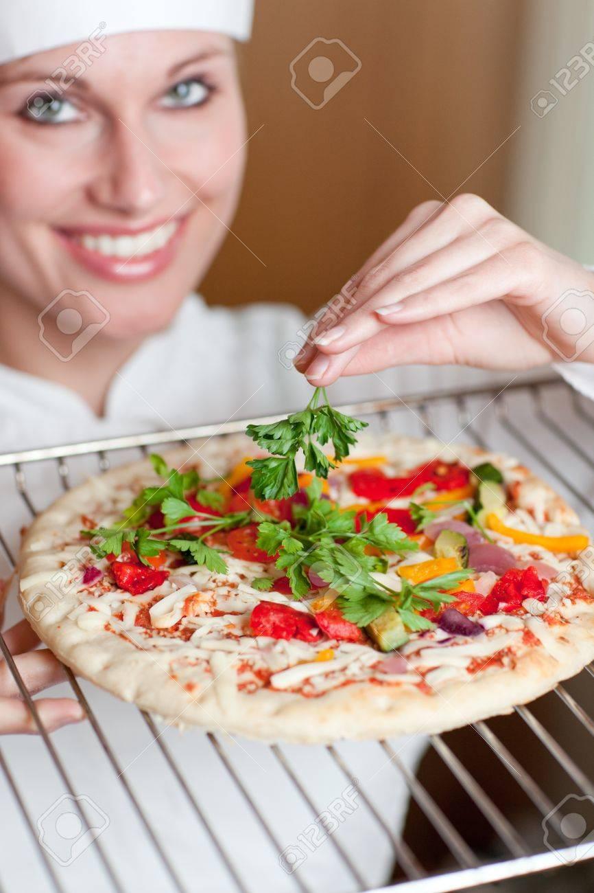 archivio fotografico brillante cuoco femmina cucinare una pizza
