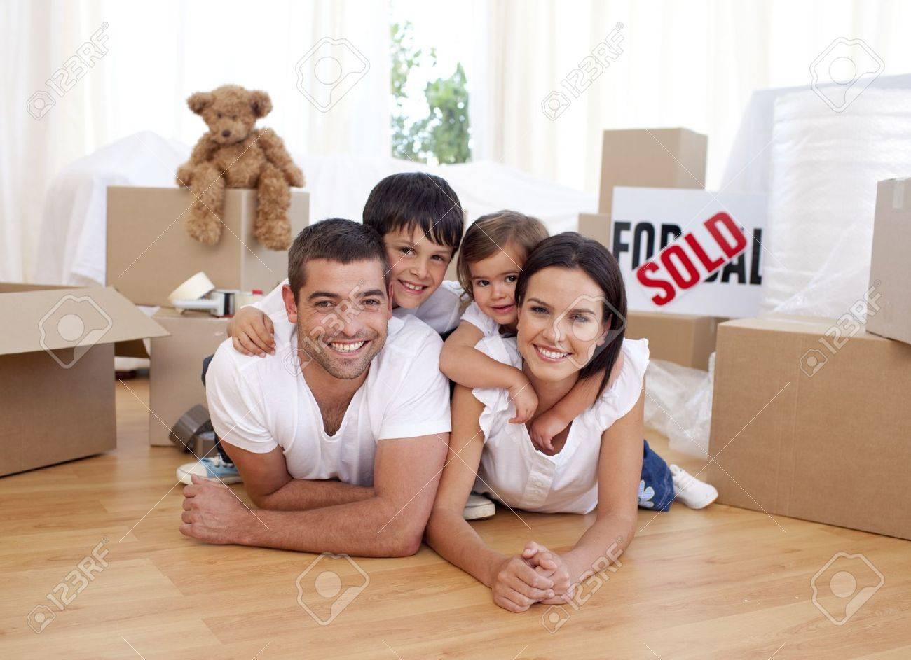La Familia Feliz Después De Comprar Casa Nueva Fotos, Retratos ...