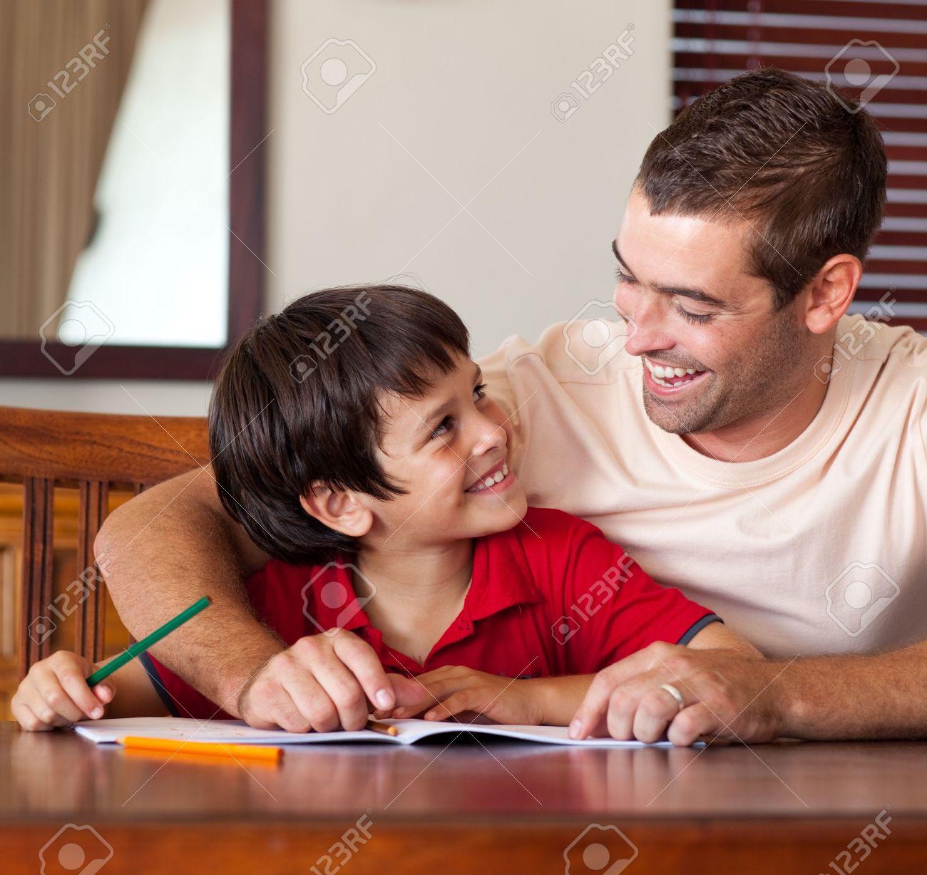 Chico lindo busca a su padre Foto de archivo - 10162717