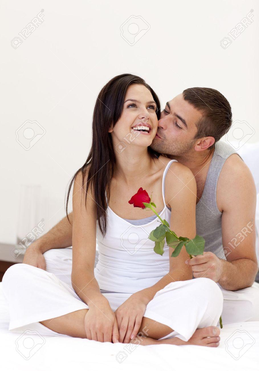 milaya-nezhnaya-seksualnaya-zhenshina-priglashaet-v-gosti