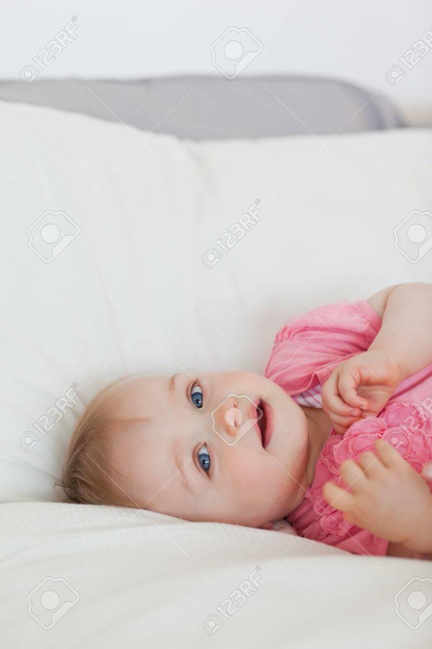 Hermoso Bebé Rubio Acostado En Una Cama En Un Apartamento Fotos ...