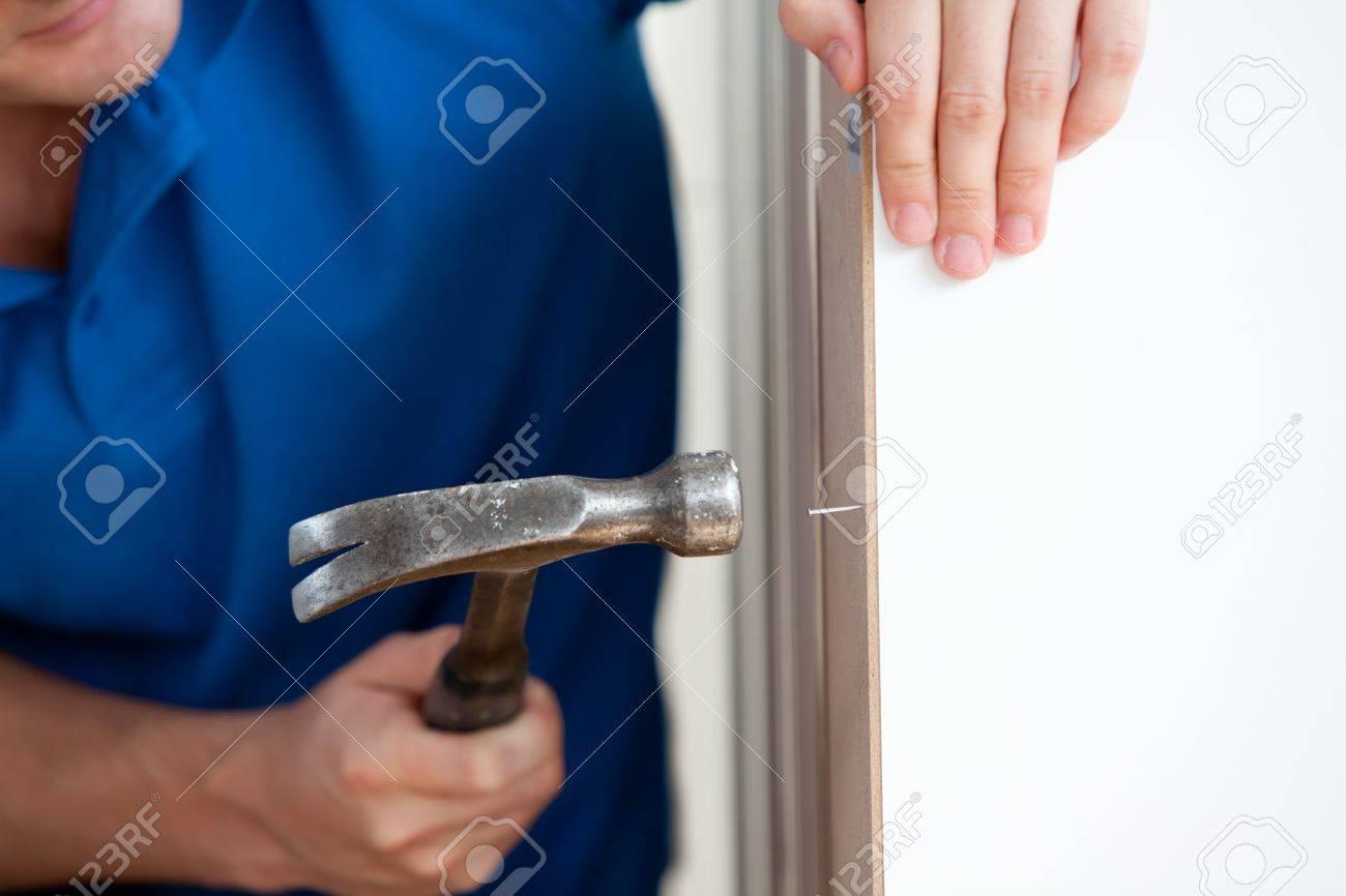 Close Up Von Einem Handwerker Gebäude Möbel Mit Einem Hammer Und