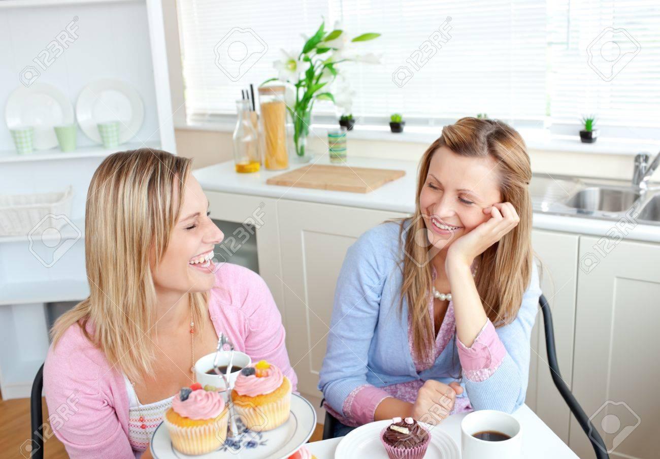 Lachende Frauen Essen Kleine Kuchen Und Trinken Kaffee In Der Kuche
