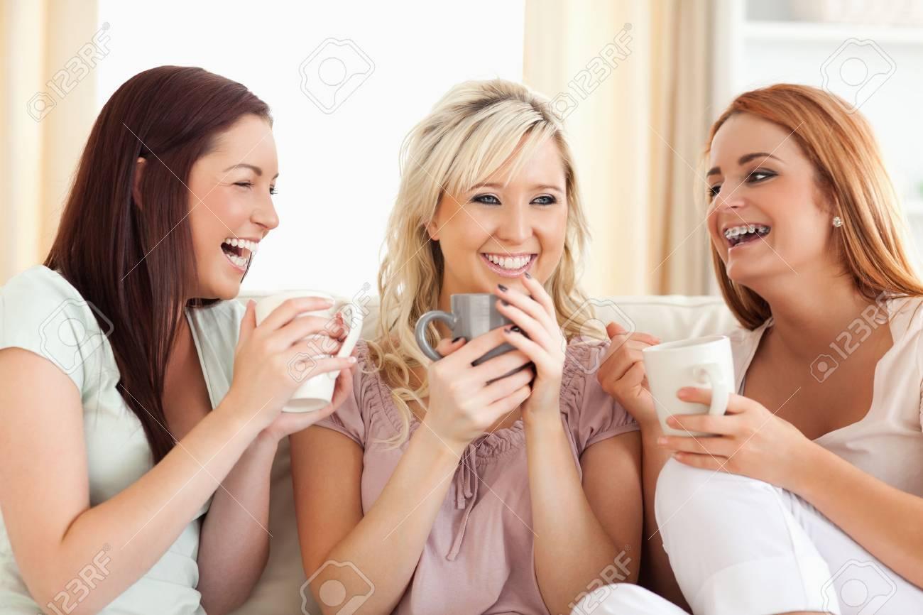 Реклама две подружки на диване пьютпиво и одна за 800 роблей грызет у другой на ноге ноктпи педикюр фото 8 фотография