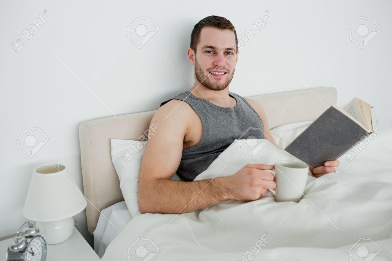Junger Mann Einen Roman Zu Lesen, Während Sie Einen Kaffee Trinken ...