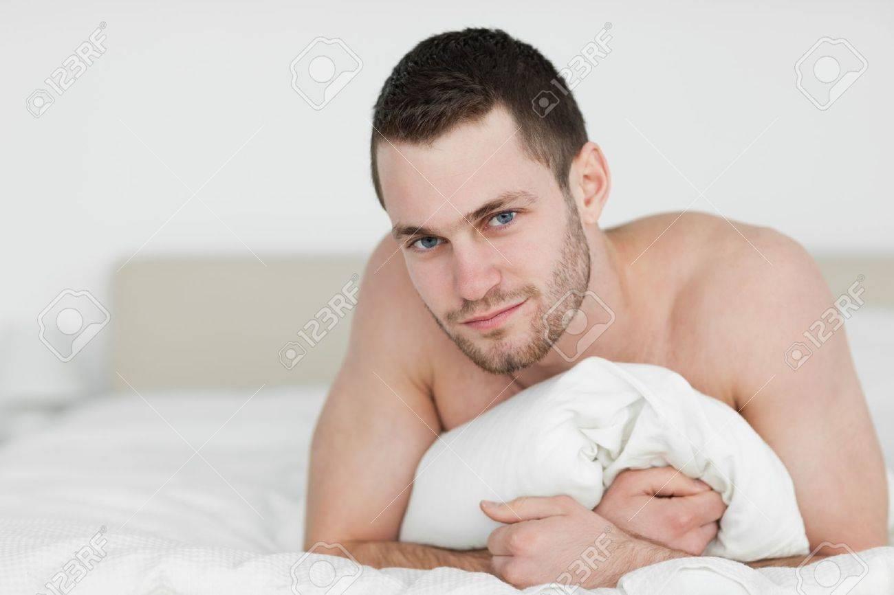 Schöner Mann Auf Dem Bauch Liegend In Seinem Schlafzimmer ...