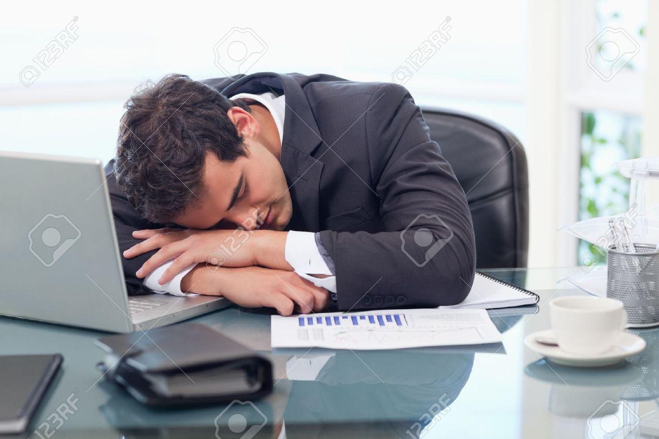 Fatigué d affaires dormir dans son bureau banque d images et