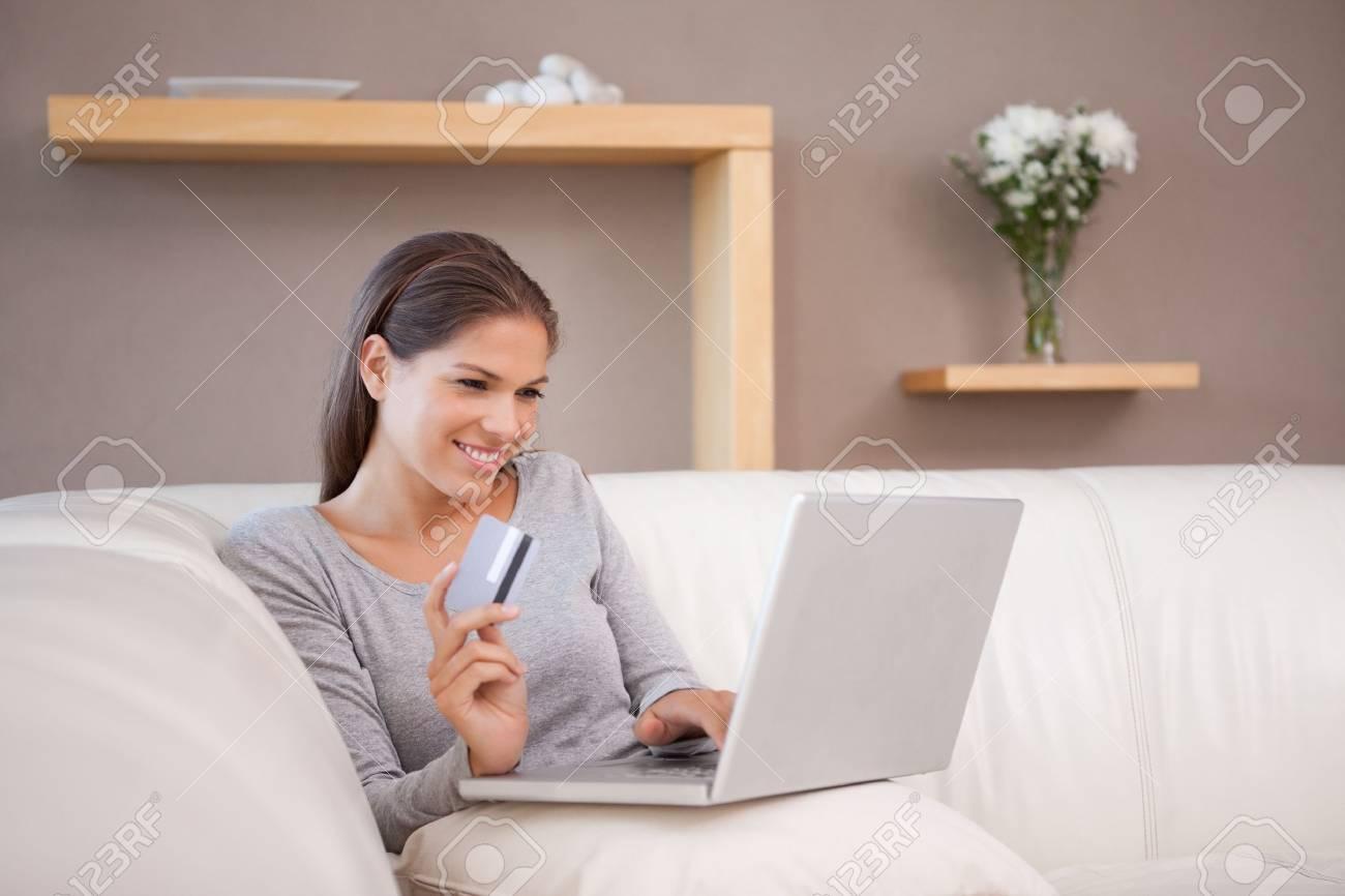 Junge Frau Auf Dem Sofa Jagd Schnäppchen Online Lizenzfreie Fotos