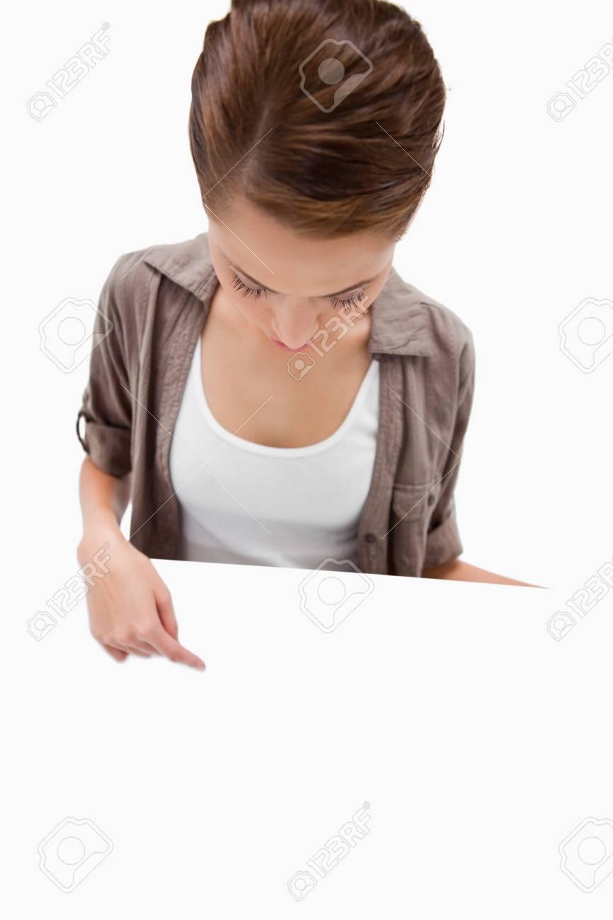 彼女の手に白い背景の空白の看板で下向きの女性 の写真素材・画像素材 ...