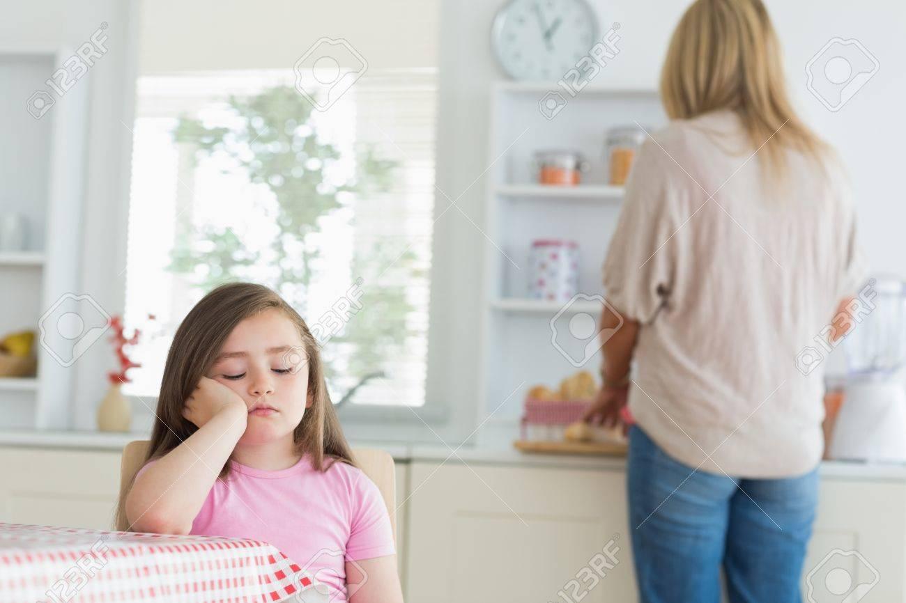 Enfant qui s'endort à table de la cuisine avec la mère de ...
