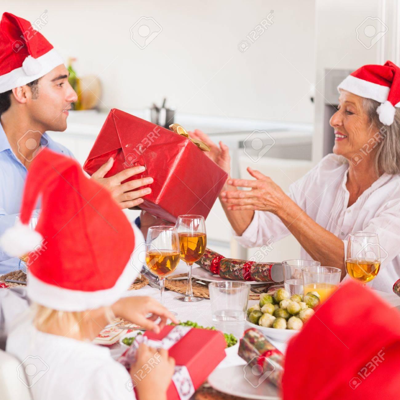 Familie Austausch Weihnachtsgeschenke Rund Um Den Esstisch Tragen ...