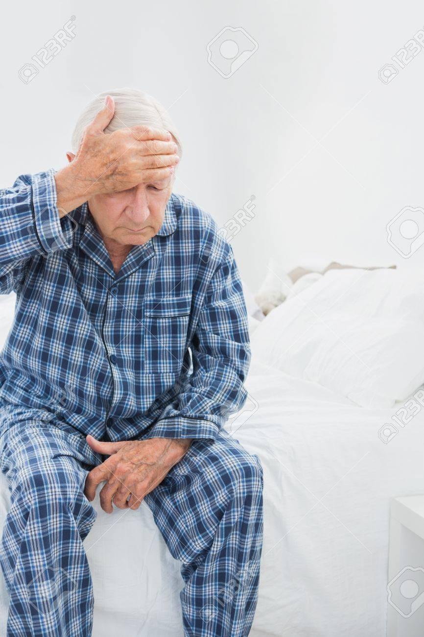 Alter mann leidet auf dem bett im schlafzimmer lizenzfreie fotos ...