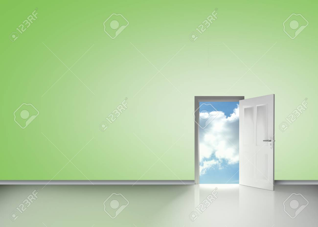 Ouverture des portes à révéler bleu ciel nuageux en chambre verte